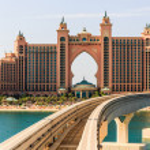 Atlantis hotel and monorail train in Dubai — Stockfoto