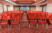 Roten Stuhlreihen in leeren Konferenzraum — Stockfoto