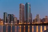 Vista nocturna de sharjah emiratos árabes unidos — Foto de Stock