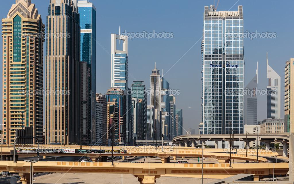 edificios modernos en dubai emiratos rabes unidos u foto de stock