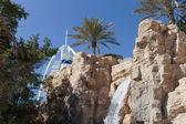 Vattenfall och palm träd i dubai — Stockfoto