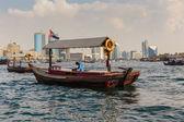 11 日在迪拜的传统阿布渡轮 — 图库照片