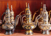 Eastern metal pitchers stand on a shelf in an Arab shop — Zdjęcie stockowe