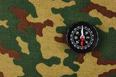 Kompass på kamouflage bakgrund — Stockfoto