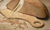 ржаной хлеб и кукурузы на деревянном столе — Стоковое фото