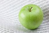 Zielone jabłko na kod binarny — Zdjęcie stockowe