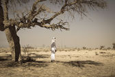 Arab man in desert — Stockfoto
