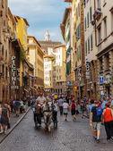 Los turistas viajar en un carruaje de caballos en la calle de Florencia — Foto de Stock