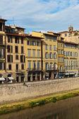 Dijk op de rivier de arno in florence, italië — Stockfoto