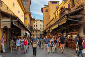 Tourists walk on the bridge Ponte Vecchio in Florence, Italy — Stock Photo