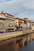 Dijk op de rivier de arno in florence — Stockfoto