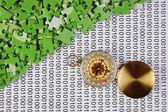 Quebra-cabeças e bússola em um código binário — Foto Stock
