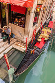 Gondolier in Venice at the pier — Stock Photo