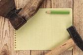 Alte zimmermannswerkzeuge und ein stück notebook — Stockfoto