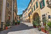 Narrow street in the old town in Italy — ストック写真