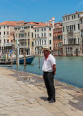 Gondolier standing on the pier — Stock Photo