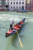 Gondolier rides gondola — 图库照片