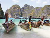 Traditional boats on the beach of the island Phi Phi Leh — Stock Photo