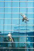 Trabajadores lavar las ventanas — Foto de Stock
