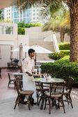 Kelner w kawiarni w hotelu dubai, zjednoczone emiraty arabskie — Zdjęcie stockowe