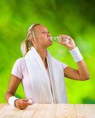女孩饮用水瓶从 — 图库照片