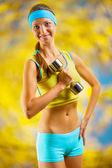 ダンベルと美しいスポーツ少女 — ストック写真