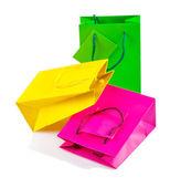 Trzy torby papierowe clored na białym tle — Zdjęcie stockowe