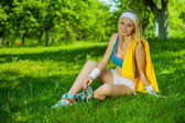 A beautyful sportsgirl on grass — Stock Photo