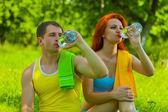 男性と女性のボトルからの水を飲む — ストック写真