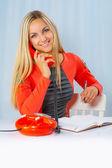 Uma linda jovem com telefone — Fotografia Stock
