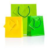 白で隔離される 3 つの色の紙バッグ — ストック写真