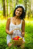 Una morena con manzanas — Foto de Stock