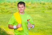 水のボトルを保持しているタオルでスポーツのマニュアル — ストック写真