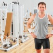 lächelnd Sportler in gim — Stockfoto