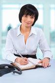 Asiatische geschäftsfrau sitzt am Tisch im Büro — Stockfoto