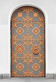 Antica porta con ornamenti d'oro — Foto Stock