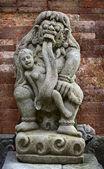 Estatua antigua de niño come rangda. indonesia, bali. — Foto de Stock