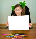Schoolmeisje kunstenaar met witte blanco papier blad — Stockfoto