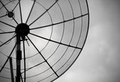 Old parabolic antenna on sky background — 图库照片