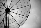 Oude parabolische antenne op hemelachtergrond — Stockfoto