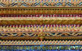 Ornamento de tailandia en las paredes del templo de buddhistic — Foto de Stock