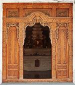 вход храма украшены деревянной резьбой. индонезия — Стоковое фото