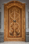 Wooden door of an old temple with carvings. Indonesia, Bali — Stock Photo