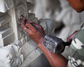 Master at work - stone carving Indonesia, Bali. — 图库照片