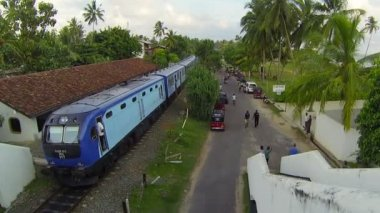 BENTOTA, SRI LANKA - MAY 02: Passenger train stops on the station on May 02, 2013 in Bentota, Sri Lanka. Sri Lanka Railways ia linking Colombo and many population centres and tourist destinations. — Stok video