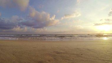 海上冲浪和美丽天空与云彩 — 图库视频影像