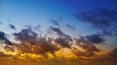 赤、青、黄色の夕暮れ青い空ふわふわ雲の時間経過のクリップ — ストックビデオ