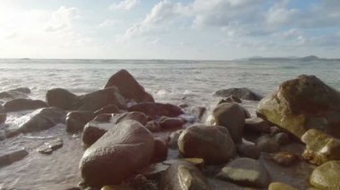 Video 1920x1080 - Sea surf and large rocks on the shore — Stock Video