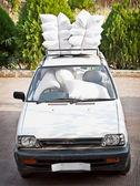 古い車は、エアバッグの良いスタッフします。冗談. — ストック写真