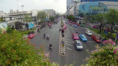 BANGKOK, THAILAND - APR 4: Car traffic in the city center near MBK shopping mall on Apr 4, 2013 in Bangkok, Thailand. This aria is popular due to concentration of shopping malls. — Stok video